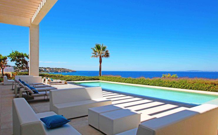 Ocean front prime location: Modern villa in Son Veri Nou